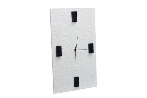 Relógio de Parede retangular, acabamento em couro sintético, na cor branca com preto R$ 135,00