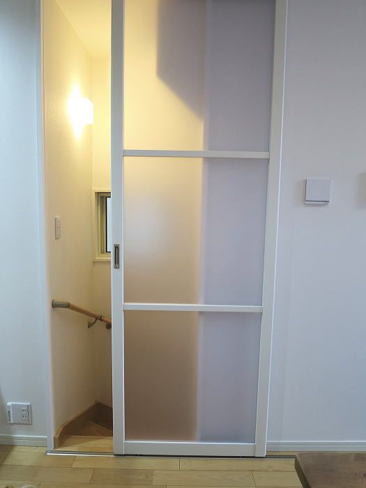 2階リビングの階段口に引き戸を取り付けしました 後付けのアウト
