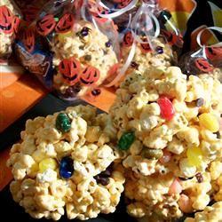 Marshmallow Popcorn Balls Allrecipes.com. Se derrite matequilla y ahi a fuego lento se derrite el bombos, despues mezclarlo con palomitas y hacer bolitas. Agregar M