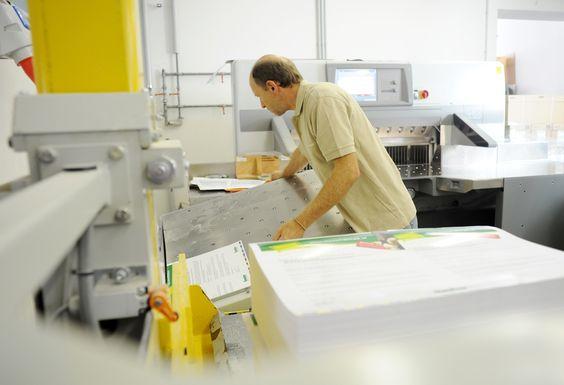 Schneiden, Falzen, Heften: Bei uns endet Perfektion erst beim fertigen Produkt – dann, wenn wir es zu etwas einzigartigem und besonderem gemacht haben