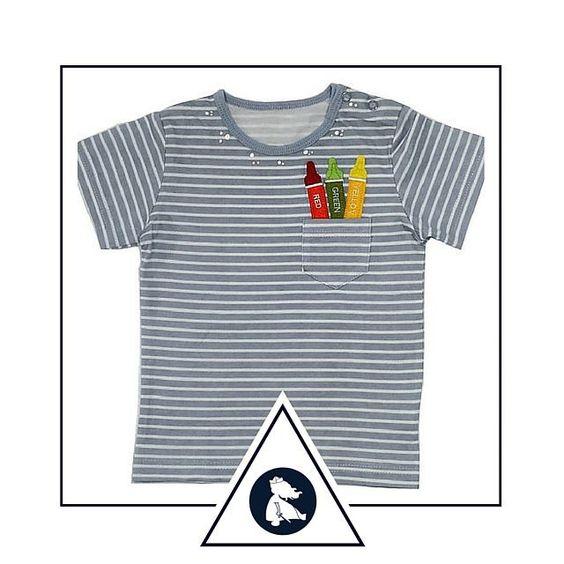 """Blusa """"O guardador de Crayons"""". Compre em www.azulparameninas.com.br . Porque roupas infantis precisam ser divertidas!   Frete Grátis! Embalada para presente sem custo adicional! .  #azulparameninas #roupasinfantis #roupascriativas #childrenclothes #creativeclothes #professor #aluno #lápis"""