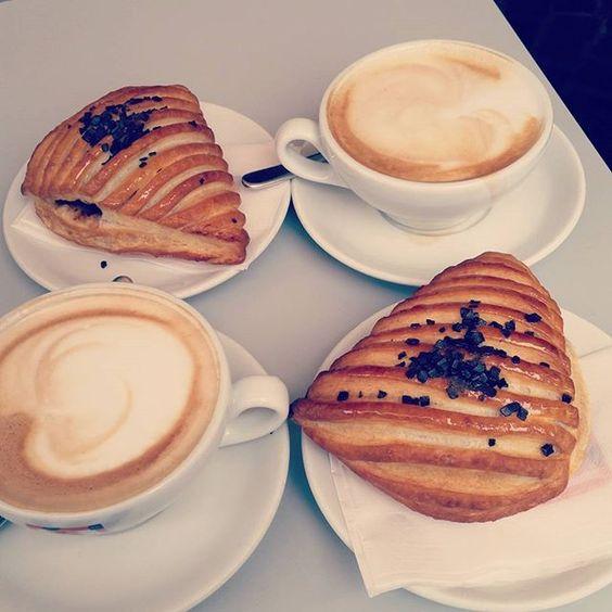 Giusto per iniziare bene la giornata  #colazioneitaliana #brioches #cappuccino #stessoposto #stessobar #insieme #goodmorning #buongiorno #breakfast #grazieate #chemiseguisempre #loveyou #panzerottine #coffe #coffeetime #dersut