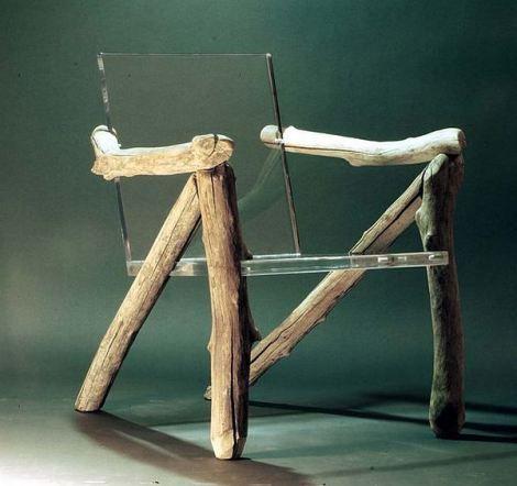 Cadeira de troncos desgastados de madeira e 2 chapas de vidro translúcidos suspensas.