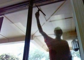 Consejos para limpiar las ventanas (cristales, Marcos y persianas)  EROSKI CONSUMER. Conviene limpiar las ventanas con cierta frecuencia, sobre todo en días húmedos y no calurosos, o temprano en verano, para que el líquido que se aplique pueda actuar bien
