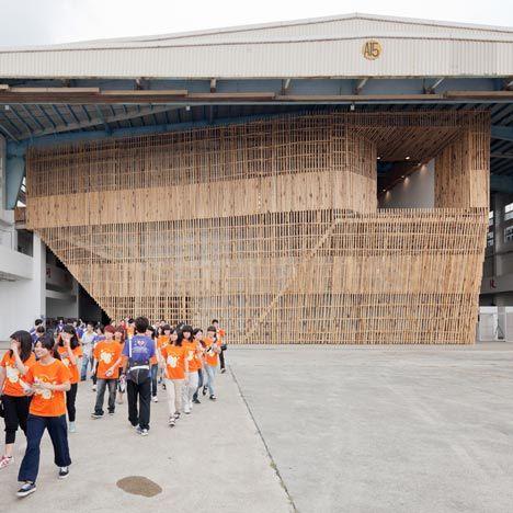 Pavilhão em bambu e aço abriga exposição de novo parque.