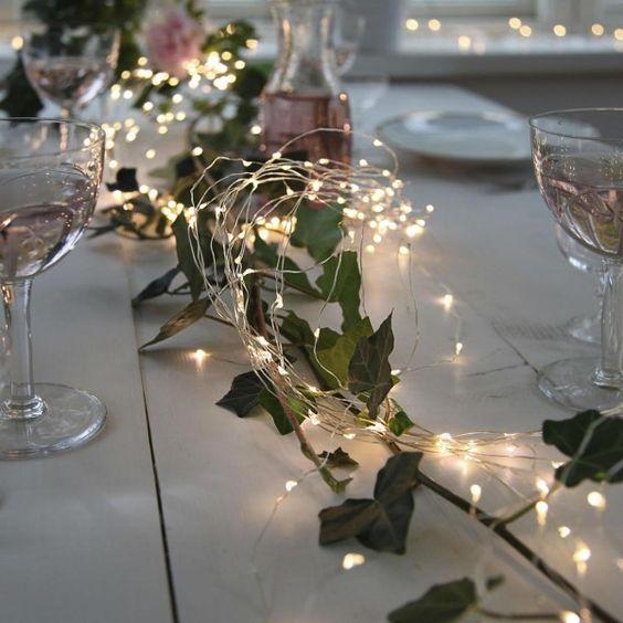 Une guirlande lumineuse argentée pour illuminer la table de Noël