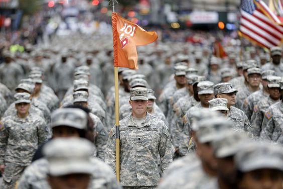 #Soldati #Usa sfilano a #NewYork durante il 'Veterans Day'. In tutto il Paese si sono svolte parate e cerimonie in onore dei #veterani e dei caduti in battaglia.