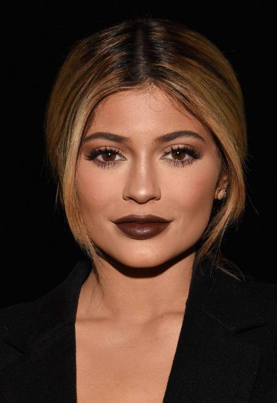 Kylie Jenner Batom Marrom Estilo: