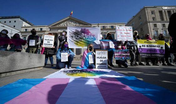Activistas encabezan una huelga de hambre frente al Ministerio de Igualdad para reclamar la aprobación de la Ley trans, el pasado mes de marzo / DAVID CASTRO