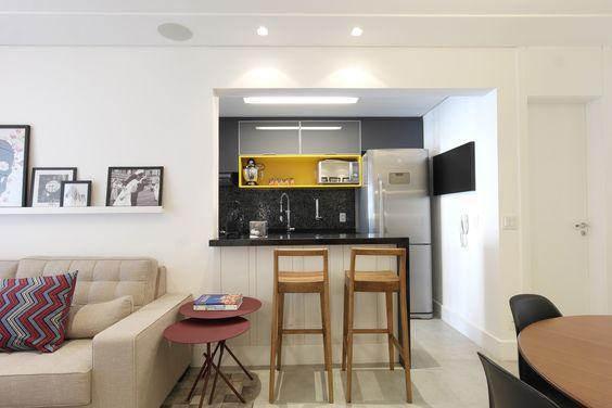 Cozinha pequena colorida! Pastilhas Vidrotil pretas, bancada preta granito são gabriel, nicho em laca amarela, móveis Fernando Jaeger, Tok Stok e Cecilia Dale Projeto Arquiteta Cristina Gavranic
