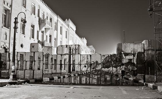 Sur les murs construits pour contrôler la place Tahrir, des artistes viennent de reproduire la perspective d'origine. A sa manière, le graffiti poursuit la révolution égyptienne.