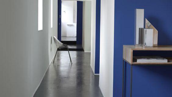 Ruimte creëren door een optische illusie  Houtwerk verven, zoals plinten en deurkozijnen, of hoekjes een donkere kleur geven is een slimme manier om de ruimte groter te doen lijken.  Diep koninklijk blauw ziet er helder en fris uit bij een lichtgekleurde muur, terwijl koffiekleurige tinten weer beter afsteken bij een neutraal palet.