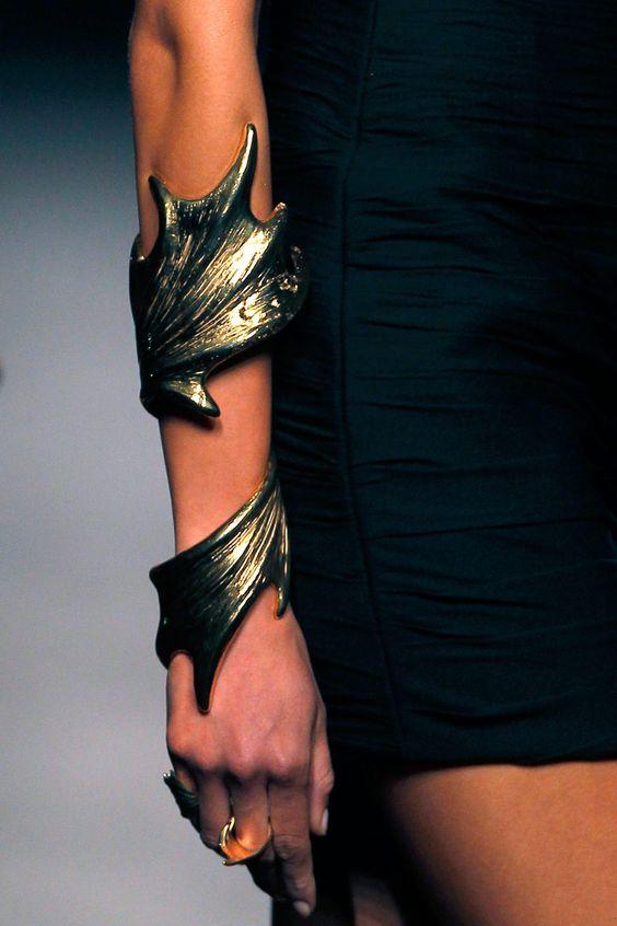 Promovogue Aristocrazy: Escultóricos brazaletes
