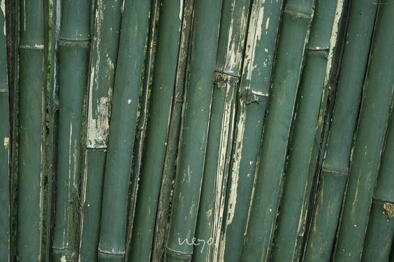 bambus ist im griff weicher als baumwolle und je nach webart sogar mit seide vergleichbar.  die faser ist im querschnitt hohl – die ideale voraussetzung für hohe atmungsaktivität und eine sehr gute feuchtigkeitsaufnahme. das material wirkt dadurch klimaausgleichend und entspannend.