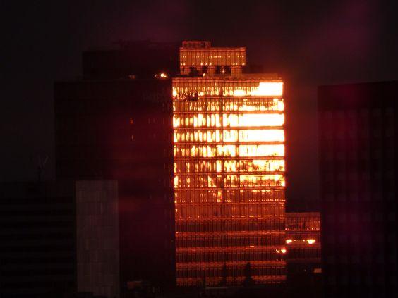 Nur für ein paar Sekunden steht die Abendsonne dann in einem Winkel, der die Fassade des Lanxess-Hochhauses erstrahlen lässt.