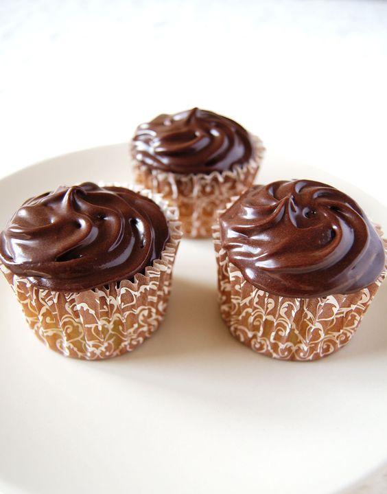Une nouvelle recette de cupcake pour vous! Cette fois-ci, j'ai souhaité une base de gâteau neutre (vanillée), bien moelleuse associée à un glaçage chocolat bien onctueuxà base decream cheese. J'inaugure comme il se doit l'arrivée du Philadelphia dans les rayons de mon supermarché (il était temps!). Le St Môret et la mascarpone avaient bien fait l'affaire jusque là j'avais quand même envie d'essayer ce «fameux» cream cheese américain. Cette recette estassez équilibrée selon moi, la base…