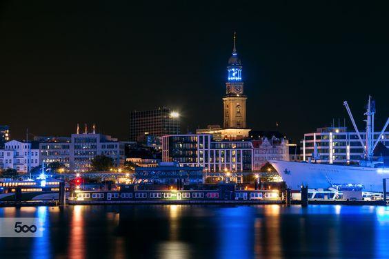 Hamburg's landmark - the Michel (St. Michaelis Church) just before midnight. /  Hamburgs Wahrzeichen - der Michel ( St. Michaelis Kirche) kurz vor Mitternacht.