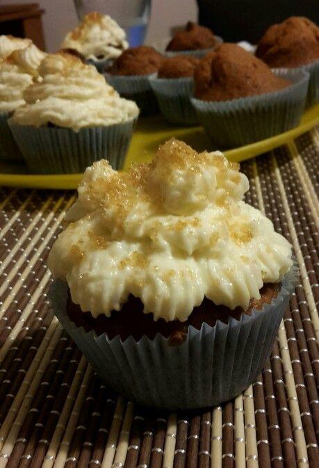 Cupcakes alla nocciola  con glassa al burro e zucchero di canna