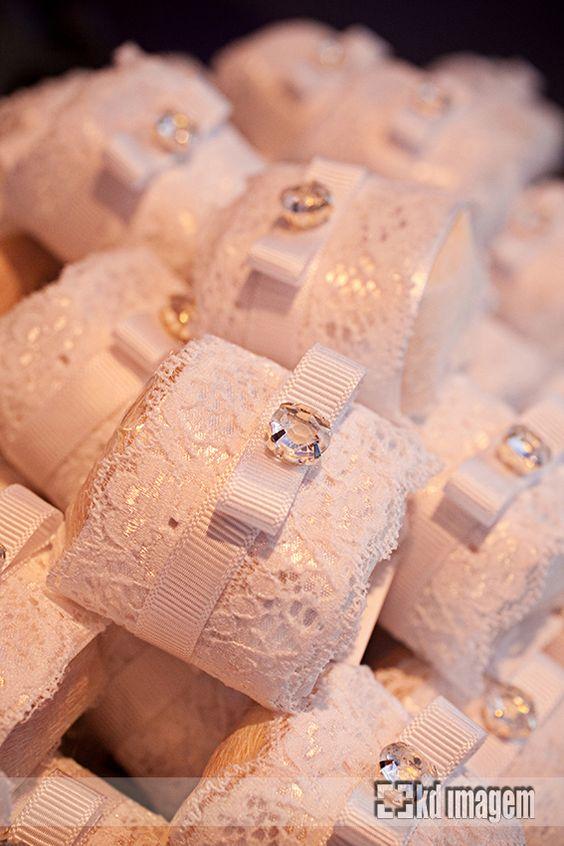 Resultado de imagem para ideias decoração de festa aniversario casamento usando renda