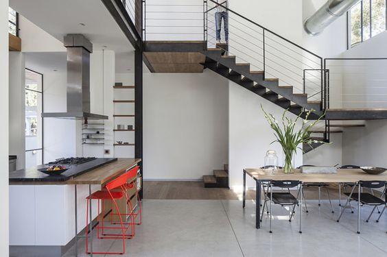 03-cozinha-com-prateleiras-suspensas-e-banquetas-vermelhas
