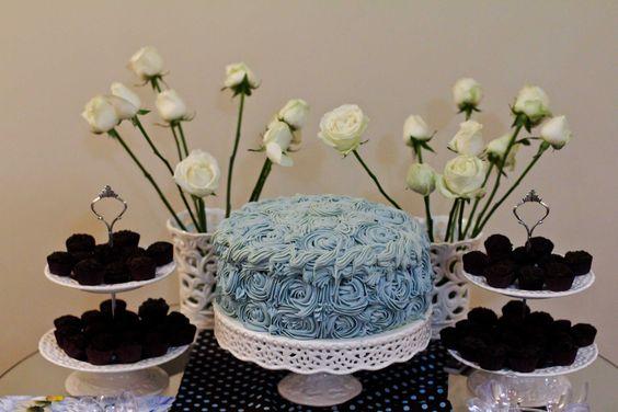 Bolo recheado com abacaxi e doce de leite coberto com ganache de chocolate branco azul