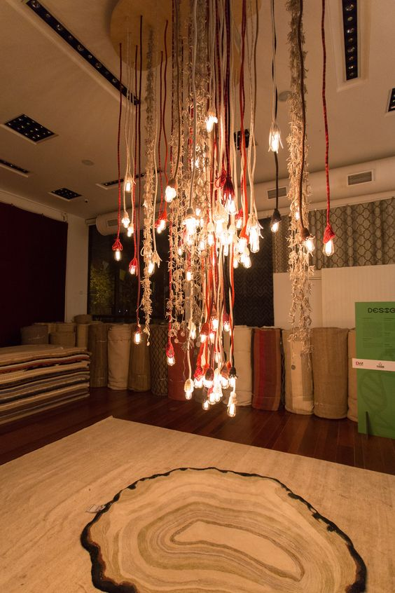 Cordões Iluminados de Andrea Brackman e tapete Ágata branco de Francesca Alzati