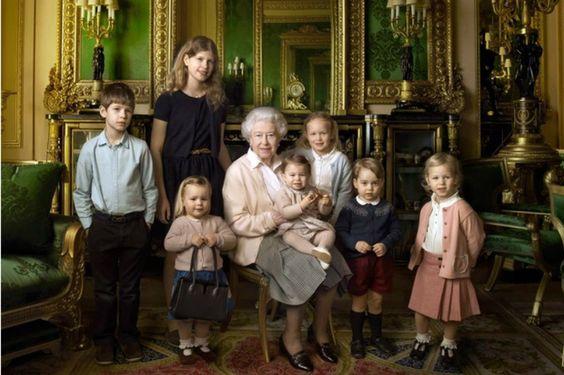 No aniversário de 90 anos, Rainha Elizabeth aparece em foto com os bisnetos, incluindo George e Charlotte.