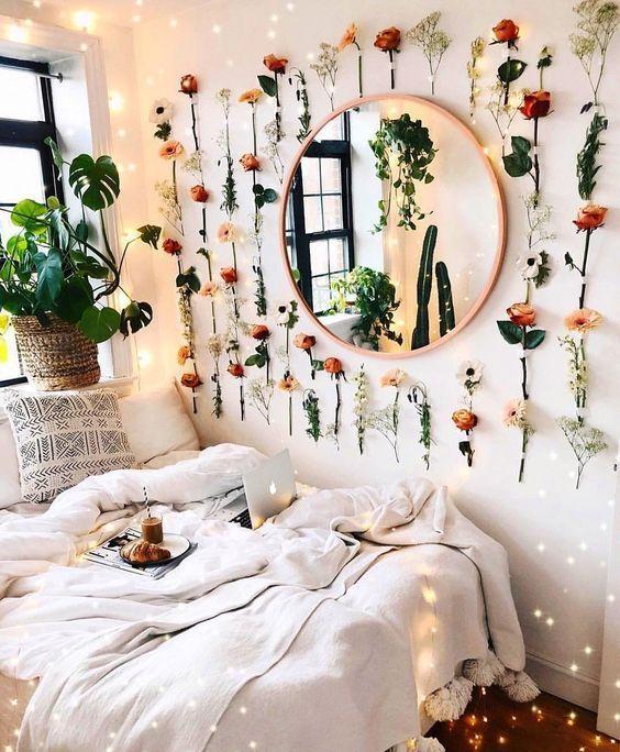 Decoração com flores artificiais na parede – Crescendo aos Poucos