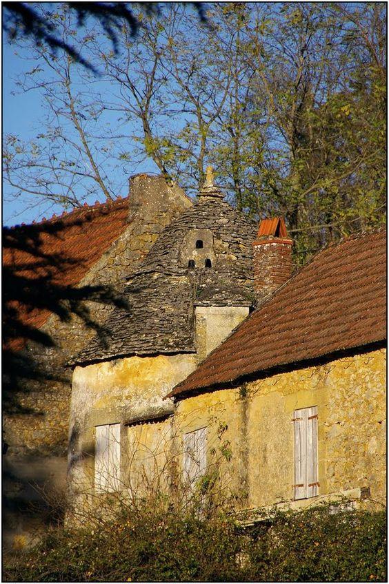 CASTELS [24] - Pigeonnier à toit de lauzes à Peyguilhem.