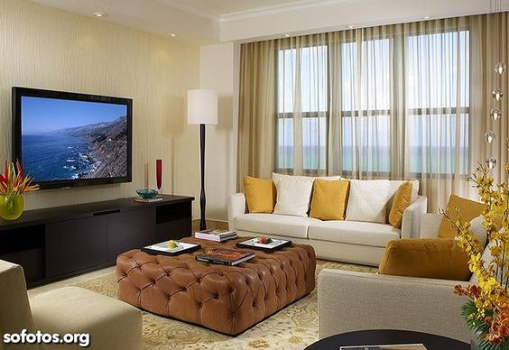 sala de estar decorada com TV na parede