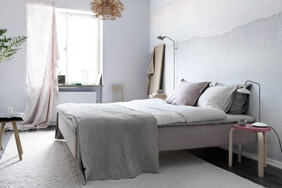 Browns et rose dans un appartement avec un mur noir - via cocolapinedesign.com