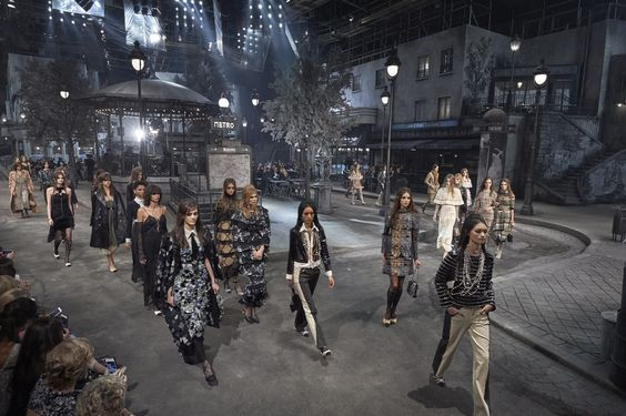The set at Chanel's Métiers d'art Paris in Rome 2015/16 show in the Cinecittà Studios. The black and white set was reminiscent of those by Alexandre Trauner, the famous production designer (Foto: Olivier Saillant)