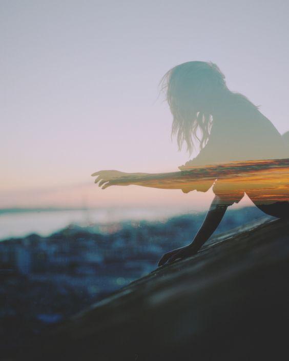 A beleza de um tempo que não se vivei. David Ayer fotografa com uma câmera Mamiya RZ e se especializou na arte da dupla exposição com foco em belezas naturais fundidas. É comum ver nas imagens mulheres em locais isolados rodeadas de paisagens estonteantes. As imagens passam sensação de nostalgia com composições repletas de cores, (...)