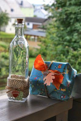 Umhäkelte Flasche mit Geschenk