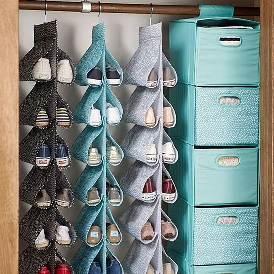 Ontem decidi que iria resolver de vez este problema que aflige 9 em 10 donas de casa: Onde guardar os danados dos sapatos que parece que se multiplicam durante a noite?  Então, selecionei 45 ideias para você se inspirar...: