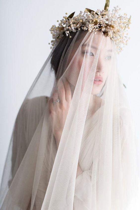 Corona de flores sobre el velo de novia en fina gasa. #novias #diy