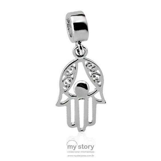 """A """"mão de Hamsá"""" é caracterizada por representar o desenho de uma mão direita simétrica (dedos com as mesmas proporções) que, quando representado com os dedos juntos, se torna um amuleto para trazer boa sorte; caso esteja com os dedos separados, significa que deve ser usado para afastar as energias negativas, de acordo com a tradição popular. http://goo.gl/6B4zoE #PG15053 #mystoryjoias #hamsa #pulseira #berloques #berloqueiras #boasorte #amuleto"""