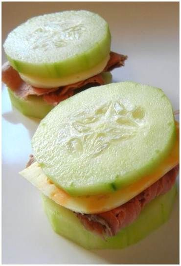 Sandwich diferentes. Solo necesitas: 1 Pepino en rodajas. 5 Rodajas de queso.  5 Rodajas de jamón.  Mostaza si lo deseas al gusto.