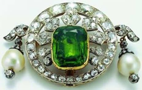 Pin made of an emerald, pearls and diamonds, commissioned by Napoleon III to the jeweler Bapst for his wife Empress Eugenie . The jewelry was sold with other crown jewels at a major sale by the French government in 1887.