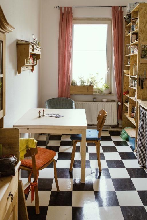 Schöne Altbauküche in Hannover mit Schachbrett-Fliesenboden, Tisch - küche fliesen boden