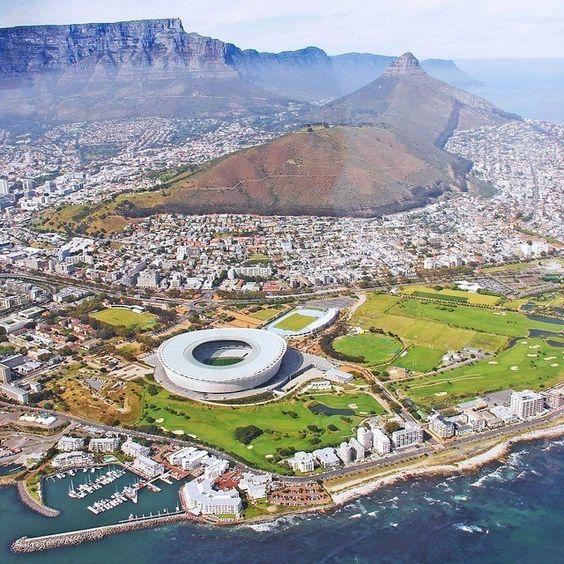 Superbe vue aérienne de celle qui est considérée comme la cité-mère d'Afrique du Sud : Le Cap.  #voyagevoyage #lecap #destinations #afriquedusud #voyage #afrique #blogvoyage #travelblog #travel #capetown #instatravel