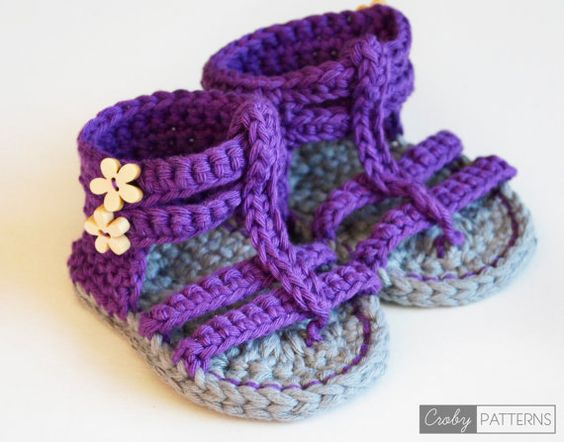 He encontrado este interesante anuncio de Etsy en https://www.etsy.com/es/listing/198271508/crochet-baby-booties-purple-gladiator: