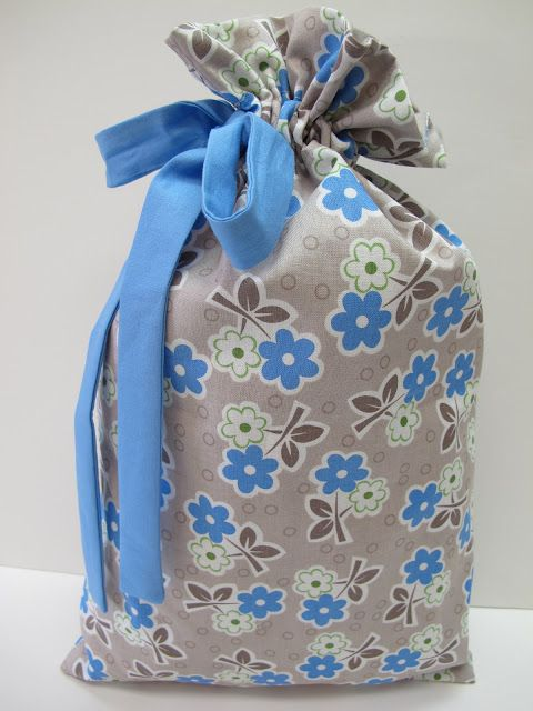 Bee In My Bonnet: Lined Travel Bag Tutorial...  WANT to watch it on YouTube???  http://www.youtube.com/watch?v=Qg0g3KbLmro