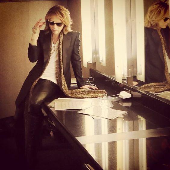 鏡の前のテーブルに座っているサングラスをかけたXJAPAN・YOSHIKIの画像