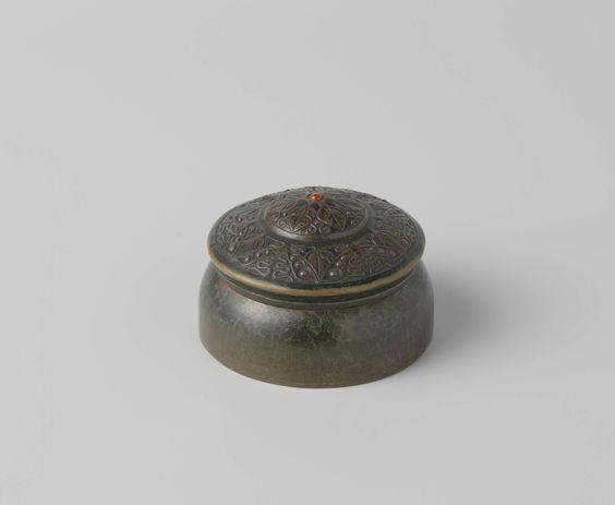 G.H. Lantman | Ronde doos met deksel, G.H. Lantman, 1910 | Doosje van tombak, van binnen met blauw fluweel beplakt. De deksel is versierd. In de bodem gesigneerd: G.H. Lantman 1910.