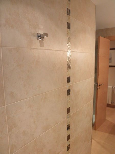 Azulejo cuarto de ba o beige marron claro cenefa 2014 for Azulejos de cuarto de bano modernos