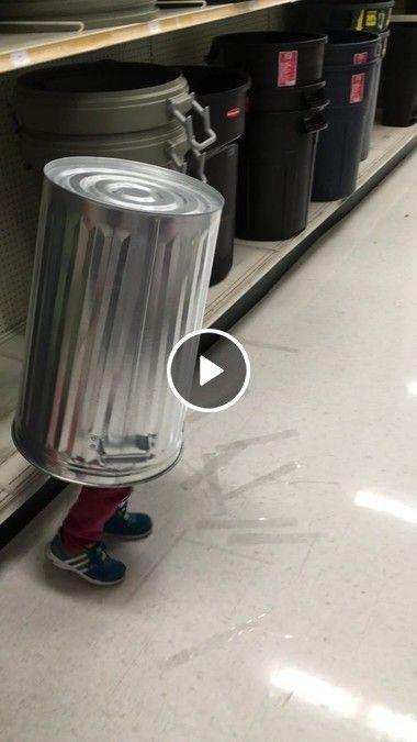 o menininho com o tambor na cabeça