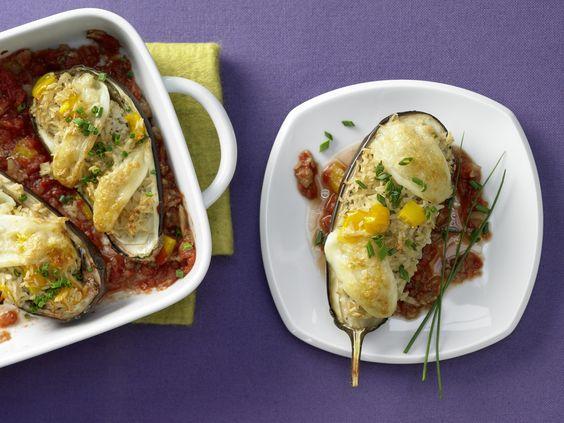 Gefüllte Auberginen - mit Tomatensauce - smarter - Kalorien: 285 Kcal - Zeit: 40 Min. | eatsmarter.de Gefüllte Auberginen sind einfach nur köstlich.