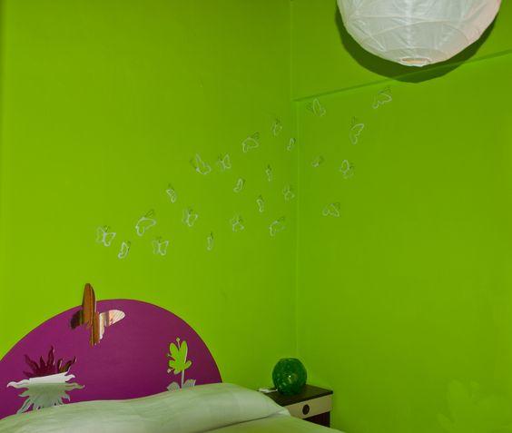 parete verde acido con farfalle