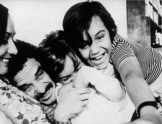 Gabriel García Márquez con su mujer e hijos. Escritores y también padres. http://www.eraseunavezqueseera.com/2015/03/18/escritores-y-tambien-padres/: